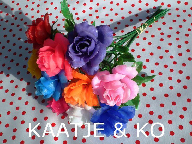NIEUW!! Rozen die nooit verwelken…  en nee geen zijde of levensechte rozen ;). Noem het kitsch, noem het nep… kunstrozen in fantastische kleuren, we love it!! www.kaatje-en-ko.com (wonen & decoratie)