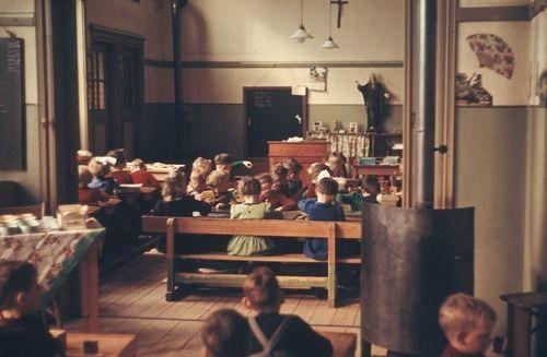 2390 Komgronden, 1955 Beschrijving: De Rooms-Katholieke kleterschool in Beesd. Een kijkje in twee klassen met slecht meubilair. Zie ook nos. 2660zw en 2661zw. 21-2-1955
