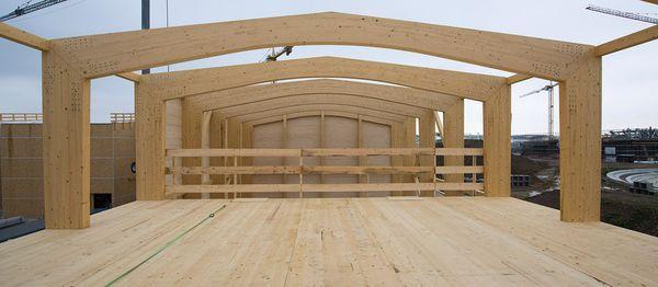 La struttura principale è costituta da un telaio a tre cerniere: questo telaio è composto da travi in legno lamellare di sezione rettangolare, un pilastro con sezione composta ad H incollata di elementi di legno lamellare