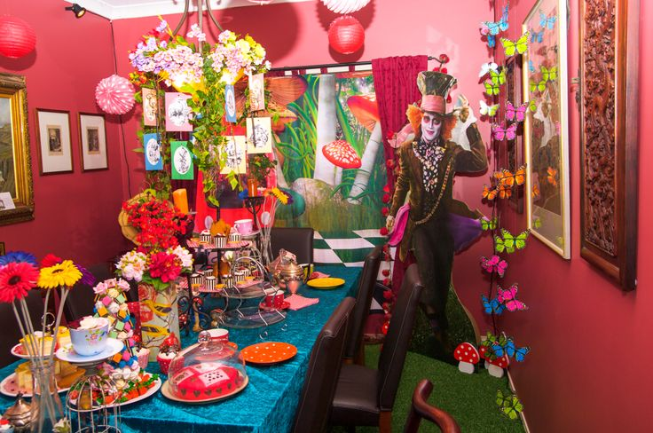 Alice in wonderland party decorations. dianne@kiams.net