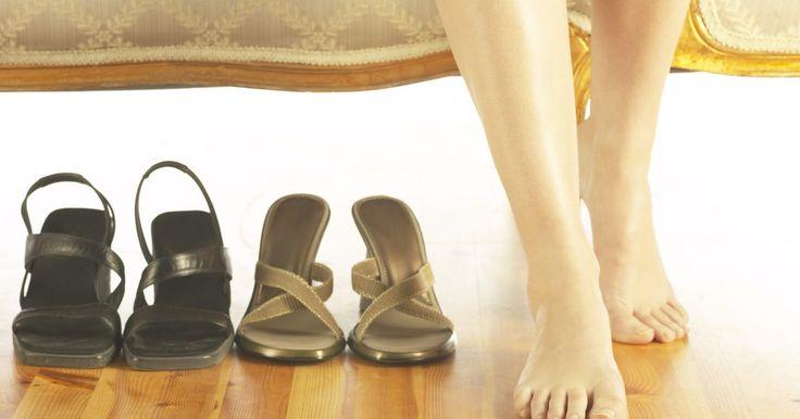 Zapatos para mujer con soporte adecuado para el arco . Las mujeres con arcos que son naturalmente altos o que sufren dolor de pies y rodillas necesitan usar zapatos con soportes fuertes para el arco para evitar la tensión en sus arcos, pies y rodillas. Algunos signos que pueden indicarte la necesidad de usar un mayor soporte para el arco incluyen dolor constante de pies y rodillas, problemas para ...