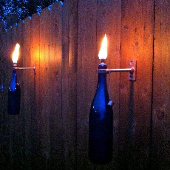 Unsere handgemachten Tiki-Fackeln werden Ihren Platz im freien stilvolle Beleuchtung hinzufügen. Montieren sie auf einen Zaun, Deck, Baum oder sogar Ihren Eintrag Weg, um einige Ambiente! Citronella Öl wird diese lästigen Fehler Weg von Ihrem Dinner-Party verscheuchen. Unsere Fackeln werden festgelegt durch ein cleveres Detail auseinander: einer Löschmittel-Cap von Kette, die sowohl funktional als auch charmante ist beigefügt Dieses Angebot gilt für folgende: + 2 Kobaltblau Wein Flasche…