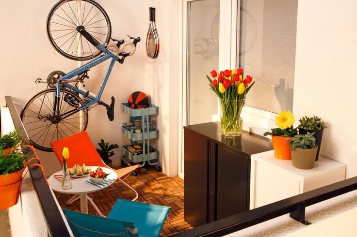 Când vine vara, nu mai concurezi cu bicicleta pentru locul din balcon. Cu suportul reglabil STOLMEN, bicicleta devine și ea parte din decor.