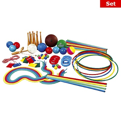 Sport-Thieme® Gymnastikgeräte-Set   - 12 farbige Turnstäbe  - 10 Turnkeulen  - 8  Gymnastikreifen  - 12 Springseile  - 1 Gongtamburin  - 6 farbige Tennisringe  - 12 bunte Bohnensäckchen  - 6 farbige Gymnastikbälle  - 2 Medizinbälle  - 12 Moosgummibälle  - 1 Gymnastikschnur   - 1 Multiball   - 1 Regenbogenball  - Ballpumpe