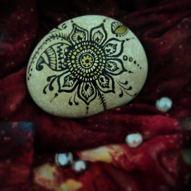 #henna #motif #onrock #summer #relaxing #lotus #love #passion #black #gold #metallic #glasspebble #sweetnight #dream #boho #footprints #livelove #homedecoration