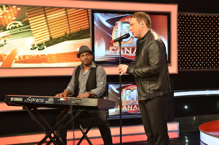 """Johnny Reid belts out a song to promote his new album """"Fire It Up"""". #ETCanada"""