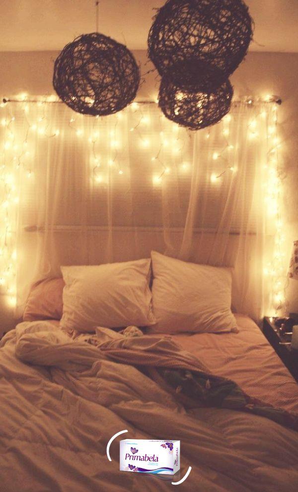 Coloca una tela en la cabecera de la cama y acompañala con esas luces de Navidad que ya no se usan en tu casa. #Dormitorio #Decoración #Bed #Luces