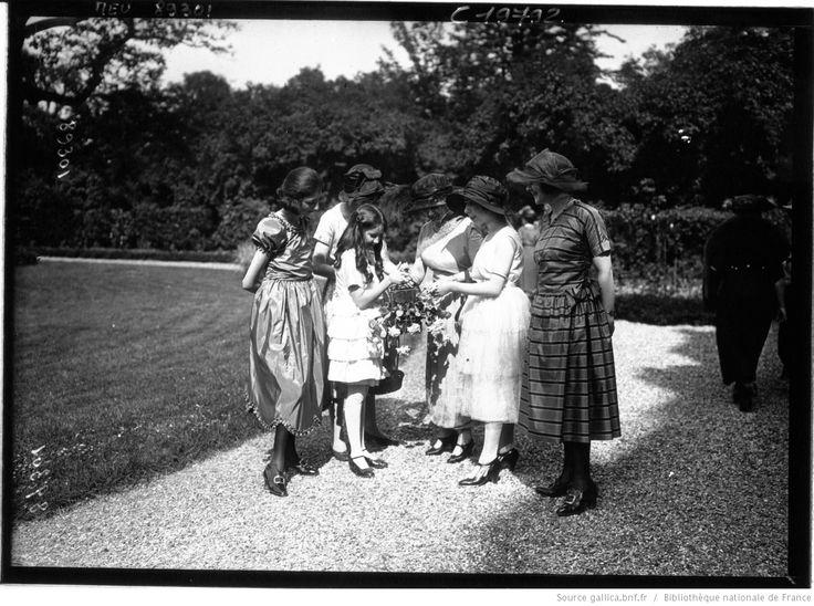 Fête de charité au profit de l'oeuvre de l'Enfant au Grand air, donnée dans les jardins de la Présidence de la Chambre des Députés : fillettes vendant des fleurs : [photographie de presse] / Agence Meurisse
