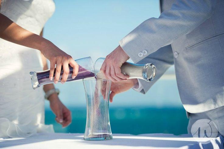 Découvrez le rituel du sable (et ses 4 variantes) pour votre cérémonie laïque sur www.the-ceremonie.com/blog/