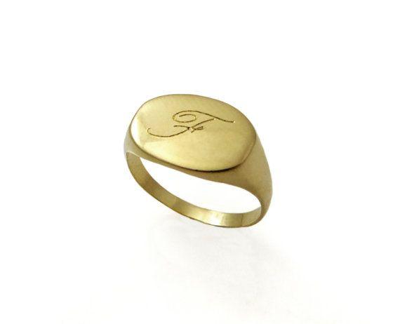 Anello di monogramma. Anello oro monogramma. Anello unisex. Anello degli uomini. Anello iniziale. Regalo per lui. Anello con sigillo doro. Anello personalizzato. Anello iniziali degli uomini.  Info:  anelli: Anello da mignolo Lanello è fatto di ottone placcato oro, con una finitura lucida. Diametro è 9.5/13 mm  Info di spedizione :  Tutti gli anelli sono imballati e spediti in una scatola di bellissimo anello. Ci vogliono circa 10-14 giorni per fare gli anelli. Il pacchetto viene in...