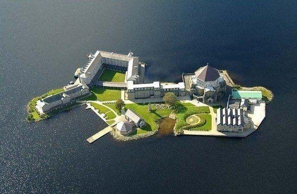 Остров на озере Лох-Дерг в Ирландии.