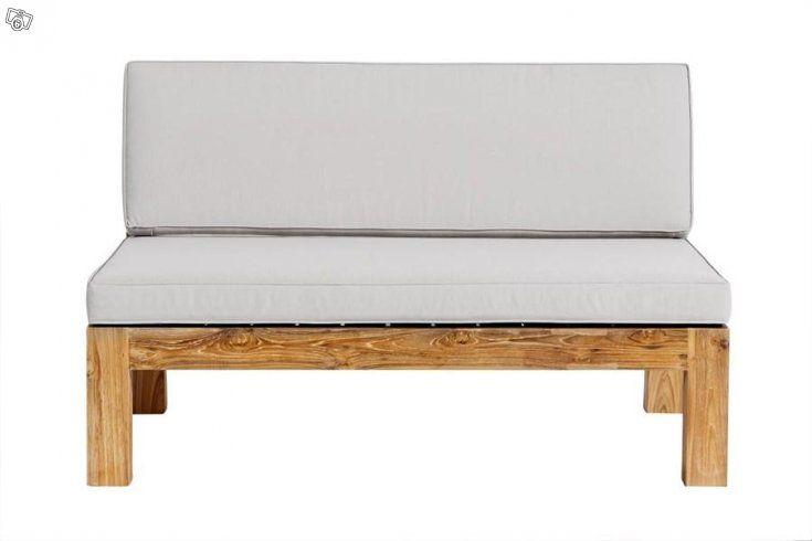 Med Muubs loungesoffa kan du njuta av de varma sommardagarna. Med sin enkla, eleganta design kan du enkelt kombinera soffan med dina övriga trädgårdsmöbler. Loungesoffan är tillverkad i återvunnet teakträ.  Bredd: 120 cm Höjd: 75 cm Djup: 84 cm  Loun...