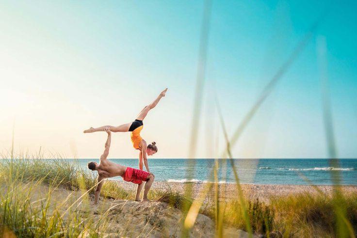 Acro-Yoga am Strand von Warnemünde (Ostsee). Bei diesem Ausblick und diesem tollen Wetter möchte man gar nicht mehr aufhören mit dem Sport. #acroyoga #partneryoga #partneracro #acrobatics #beachsession