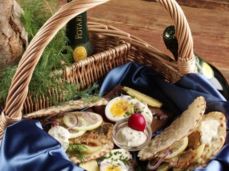 Thin Bread with herring by the sea - a typical swedish picnic food / Smörgåsbord - Tunnbröd med stekt inlagd strömming och matjessill smakar gott vid havet