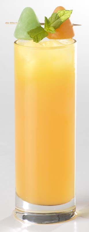 Kids cocktail  1 dl appelsap 1 dl sinaasappelsap 1 eetl. grenadine 1 blaadje munt (vers) 2 cuberdons (gekleurde) ijsblokjes