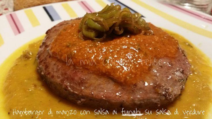 Hamburger con salsa ai funghi su salsa di verdure