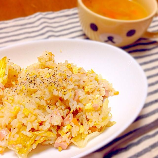 朝ごはん。 ソーセージ、玉ねぎ、卵、エリンギ、人参、レタスの炒飯( ˭̵̵̵̵͈́◡ु˭̵̵̵͈̀ ) コンソメスープは玉ねぎ、人参、エリンギ、キャベツ♪ - 33件のもぐもぐ - 炒飯とコンソメスープ♪* by haayu