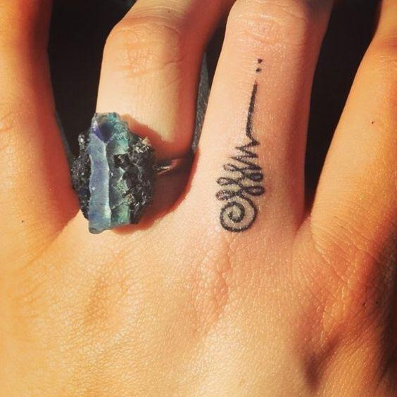 Ci sono tatuaggi che attingono a culture e religioni, arricchendosi di significati molto profondi. E' il caso dei tatuaggi col simbolo Unalome, un simbolo che proviene appunto dalla filosofia buddista e che sta acquistando sempre