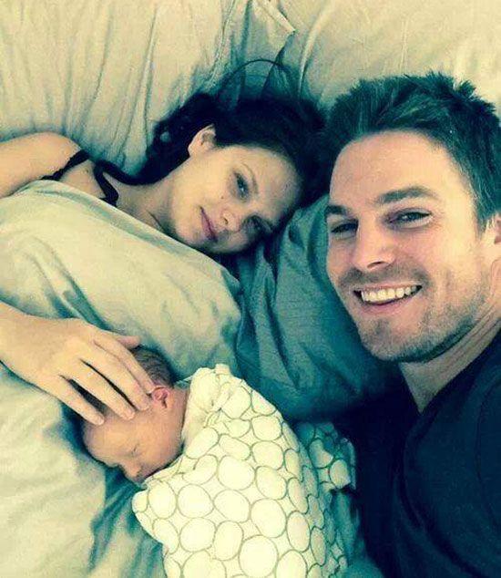 Stephen Amell papà felice insieme alla piccola Mavi e alla compagna Cassandra