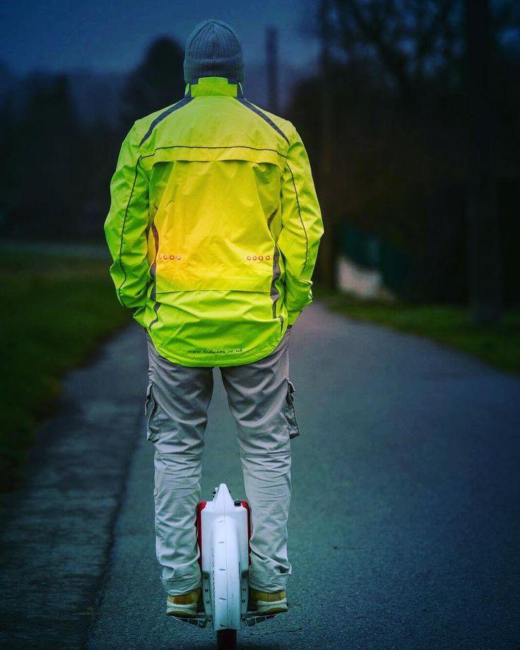 Bli sett med denne LED-jakken når du er ute å løper sykler eller kjører andre enheter ved veien;). Du finner den ingen andre steder enn hos ledtrend.no  #turfolk #delveien #sykkel #sykkling #sykkelglede #sykkelioslo #sykkelnorge #sykkelbyen #sykkelby #sykkeltrening #syklingmedstil #sykkelmote #syklister #jogger #joggingtur #løpeglede #løp #løpiskogen #løpingergøy #sykletiljobben #sykletiljobben2016 #sikkerhet #veivesenet #vegvesen #tur #turfolk #gave #mote #jakke #jakken