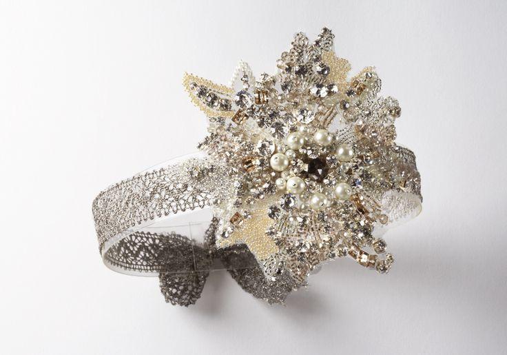 Bandeau KLIMT, fleur de strass et parles sur galon de dentelle. Headband KLIMT, flower of strass and pearls on a braid of lace.