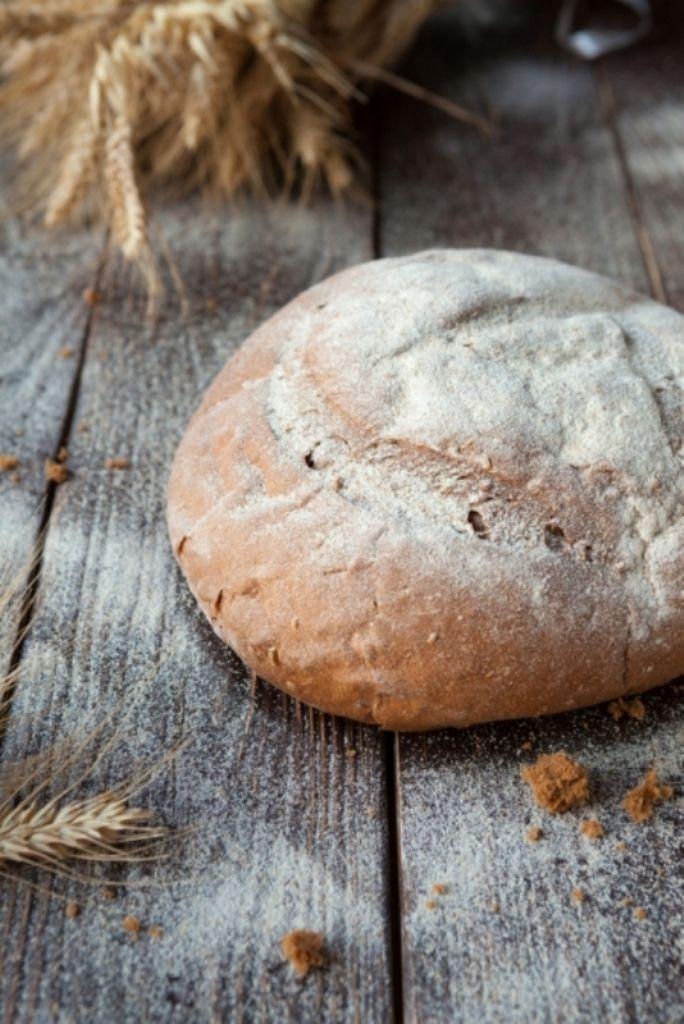 Gevuld brood met spek, kip en champignons