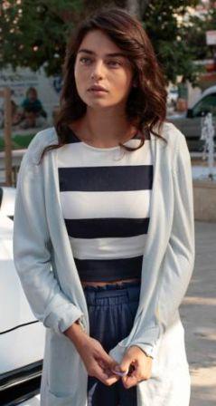 Meryem 4.bölüm kıyafetleri Meryem çizgili tişört, mavi pantolon ve hırka –