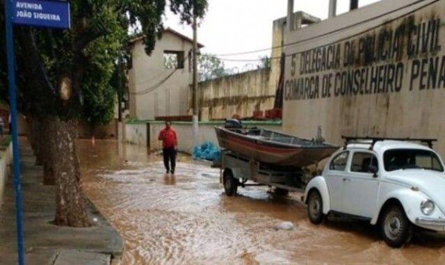 Enxurrada inunda presídio de Conselheiro Pena e detentos são transferidos para escola