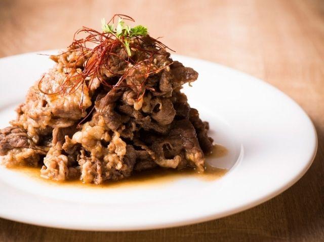 牛バラ肉のヤンニョム漬け - 金 建三シェフのレシピ。1.フライパンよりもグリル器で焼くほうが香ばしく仕上がる 2.ヤンニョムに入れたパイナップルの酵素の力で肉が柔らかくなる 3.肉をヤンニョムに一晩漬けることで味がよくなじむ ※調理時間に肉をヤンニョムに漬ける時間は含みません。