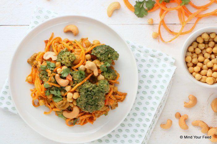 Een snelle, makkelijke Indiase maaltijd op tafel met deze zoete aardappel noedels met broccoli curry! Lekker veel smaak, en natuurlijk veel groenten.