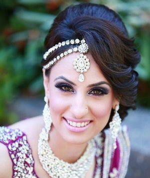 10 Striking Maang Tikka Designs for the Indian Bride   Indian wedding hairstyles, Indian bridal ...