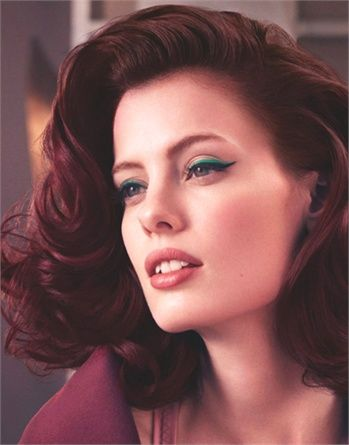 Non solo capelli semi raccolti: sempre dagli Anni'60 arriva l'idea di questo taglio medio, elegante e sensuale. Radici e lunghezze sono piene di corpo mentre il viso si circonda di onde piene e ampie. E' uno styling della collezione Retro Nouveau di L'Oréal Professionnel.