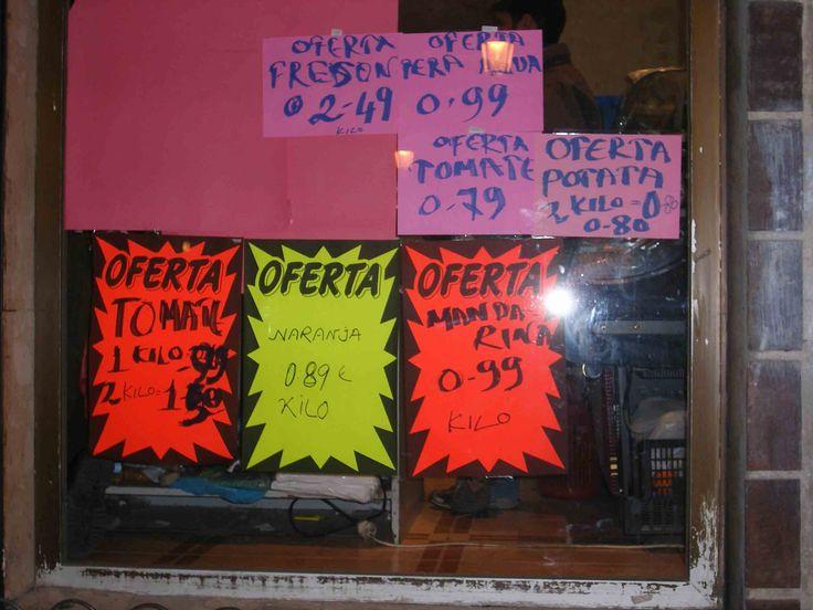 Los carteles de las tiendas con sus ofertas en español incorrecto pero muy coloridos eso sí.