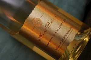 En eksklusiv innpakning på grensen til det klisjeaktige er førsteinntrykket av denne flasken. Det på innsiden er definitivt ikke klisjeaktig, men en skikkelig, god og rimelig musserende vin laget i Burgundpå den blå druenPinot Noir.Mer på Druelig.no