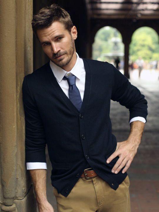 Weißes Hemd, blaue Krawatte, dunkelblauer Cardigan, hellbraune Chino - flott!