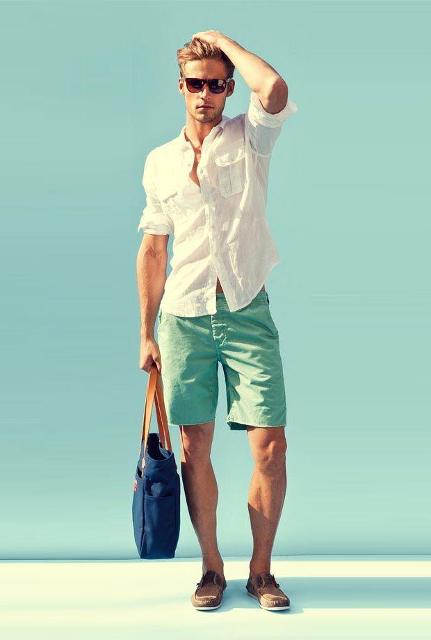 Look masculino com camisa branca e bermuda colorida. Detalhe: Bolsa masculina de mão.