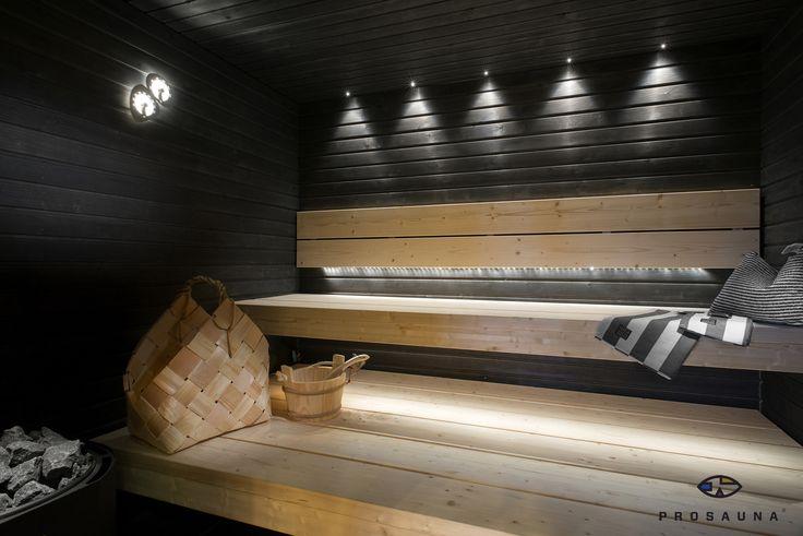 Prosaunan toteuttamat Lompolo kuusilankkulauteet mustassa saunassa.