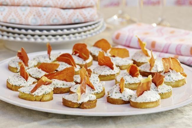 Crostini med kremost og spekeskinke - Urteost med sprø skinke på en sprøstekt skive blir en italiensk vri på ostesmørbrødet. Enkelt og sommerlig!
