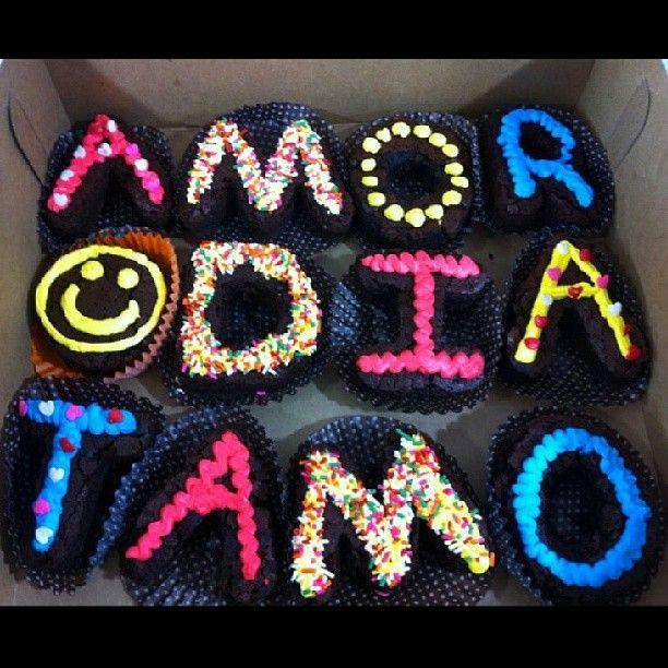 Unos ricos #Brownies Melcochudos y un mensaje especial para un nuevo día de #AmorYAmistad de #PasteleriaSoSweet en #Bogotá Cel 317 657 5271 / (1) 625 1684