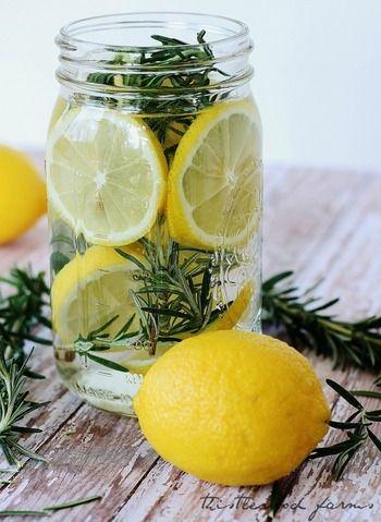 レモンとローズマリーのフレッシュな香りにバニラエッセンスでやわらかさをプラス。食べられる素材ならではの、やさしい香りに包まれます。キッチンやバスルーム、トイレなど水回りの気になる臭いにも効果的です。