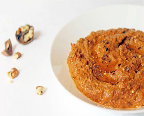 Muhammara, o mhammara, è una salsa cremosa tipica dalla Siria. Peperoni, noci, pan grattato e olio d'oliva sono i protagonisti di questa piccante ricetta.