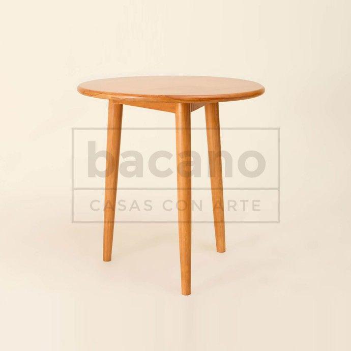 Mesa de apoyo ARAÑA con tapa redonda y 3 patas. Materiales: Lenga lustrada. Medidas en cms: 60diam x 50H