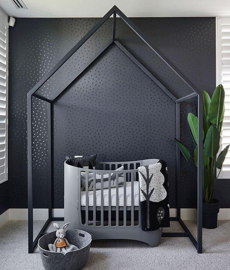 Zwart Ledikant Baby.Babykamer Zwart Monochroom Huisjes Boven Ledikant Planten