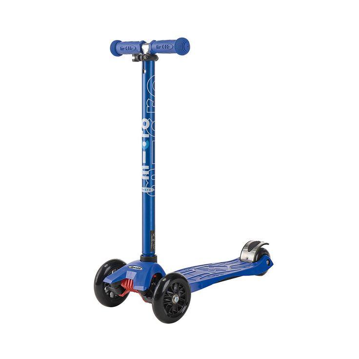 Niebieska z anodowanym drążkiem hulajnoga Maxi Micro T-bar Metallic Blue dzięki zamontowaniu dwóch kółek z przodu oraz jednemu z tyłu jest niewiarygodnie stabilna. Przeznaczona jest dla dzieci w wieku około 5 lat.