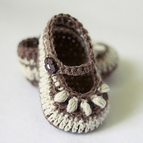 Crochet baby booties. SO CUTE!