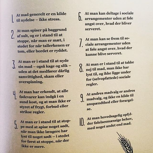 """""""Hvad er et sundt forhold til mad?"""", blev jeg engang spurgt. Jeg havde netop skrevet på Facebook om, hvordan måden vi taler om maden på, kan forhindre at vi får et sundt forhold til mad - men havde ikke uddybet hvad dette indebar. Hans spørgsmål fik mig til at tænke, og mit svar endte i bogen, """"Slut med forbudt"""". Bemærk, at dette er idealbilledet; næsten ingen har det SÅ afslappet - men det er i vores optik noget der er værd at efterstræbe. #slutmedforbudt #sund #sundmad #fitfamdk #instafit"""