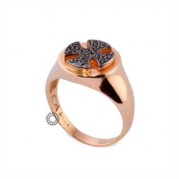 Ένα μοντέρνο δαχτυλίδι σεβαλιέ (chevalier) σε ροζ χρυσό Κ14 με σταυρό της μάλτας από μαύρα ζιργκόν. Διατίθεται σε ό,τι χρώμα μετάλλου & πετρών επιθυμείτε. #σεβαλιε #ζιργκον #χρυσο #δαχτυλίδι