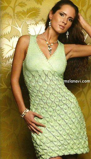 салатовое вязаное платье спицами