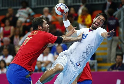 Résultats Google Recherche d'images correspondant à http://static.lexpress.fr/medias/2042/1045767_spain-s-joan-canellas-reixach-pushes-france-s-nikola-karabatic-as-he-attempts-to-score-in-their-men-s-handball-quarterfinals-match-at-the-basketball-arena-in-london.jpg
