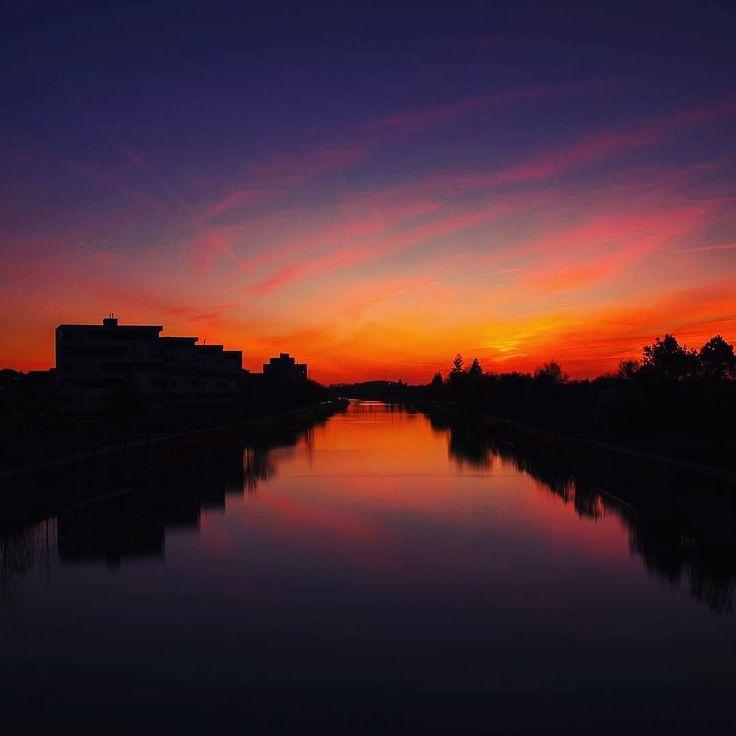 Kleiner Abendausflug mit dem Fahrrad und der Kamera. #hannoverliebt #sonnenuntergang #ndfilter #canonlovers #hannoverstagram #mittellandkanal #skyporn #colorsplash #colorfulsky #blauestunde #perspectives #brücken #picoftheday #instamood #gradients #nature #derfrühlingnaht